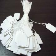 Набор из 100 штук бирочек 13х23 мм. белых прямоугольных без рисунка со шнурком
